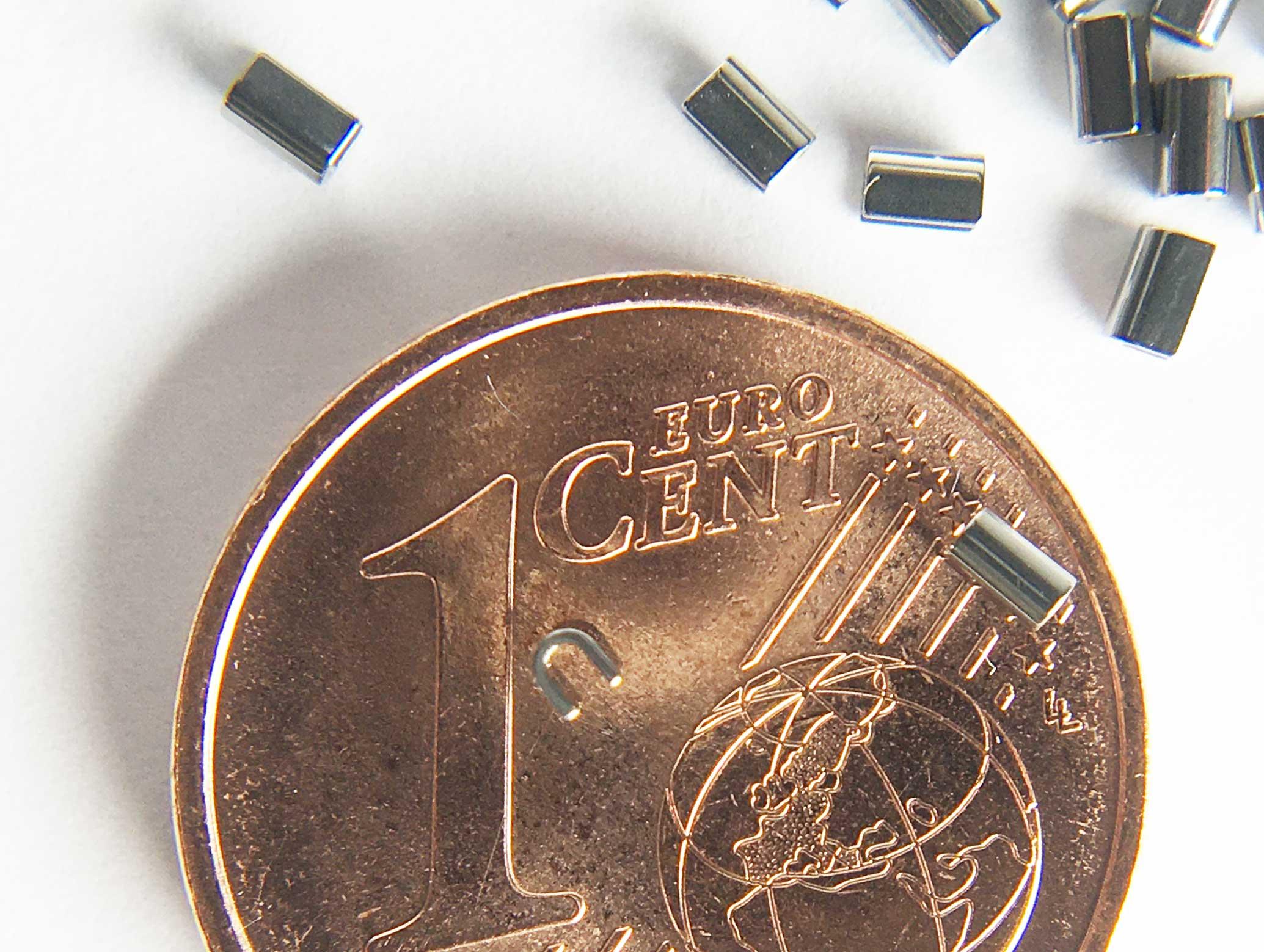 SMT-Präzisionsröhrchen Crimpable Clips CC01 Originalgröße im Vergleich mit 1 Cent
