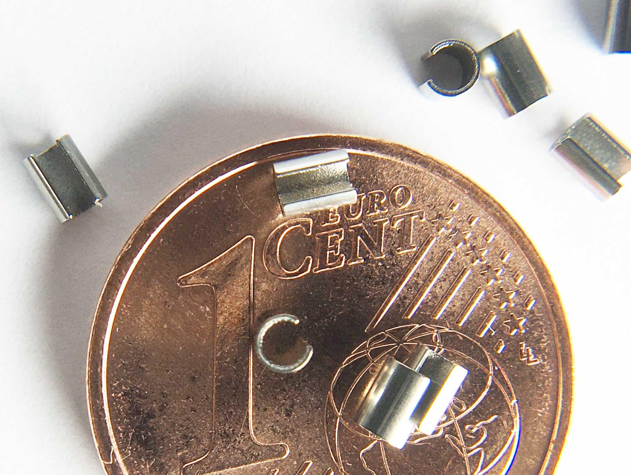 """SMT-Präzisionsröhrchen Coil reactivating clips RC01 Originalgröße im Vergleich mit 1 Cent Münze Innendurchmesser 1,5 mm / 0.06"""" Außendurchmesser 1,9 mm Länge 2,5 mm"""